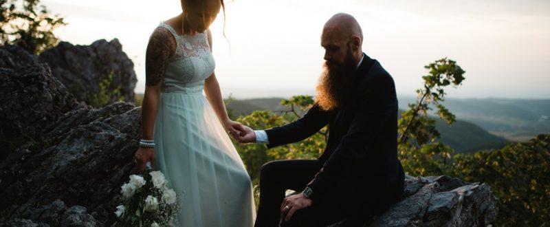 esküvői fotó a sziklákon, esküvő a Bükkben, exkluzív erdei esküvő fotózás, lifestyle esküvői fotózás, erdei esküvő, hipszter esküvő, különleges esküvői fotó, esküvői naplemente esküvői fotó, film fotózás, natural wedding fotózás, tetovált menyasszony