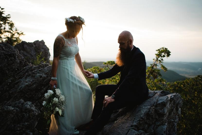 exkluzív esküvői fotózás naplemente, sziklák wedding photography on the top of the cliff