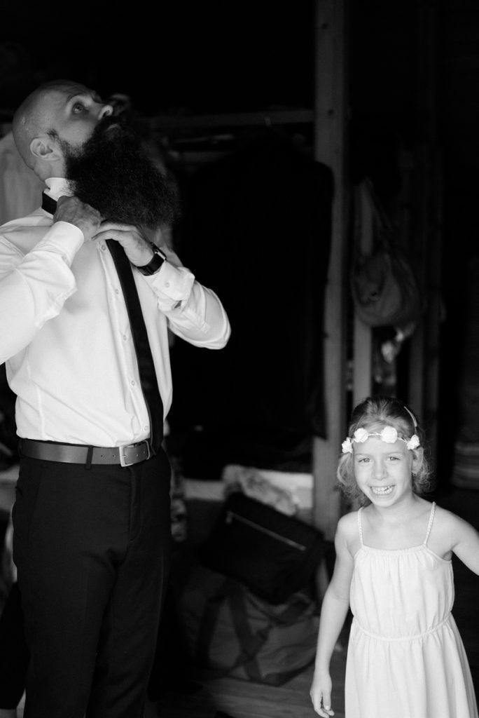 vőlegény készülődése esküvői fotózás fotozsurnaliszta fotózás