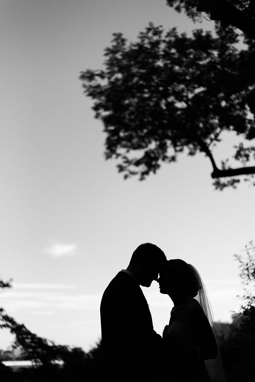 művészi esküvői portré, esküvőfotózás, fekete fehér esküvői fotó, naplemente, sziluett esküvői fotó