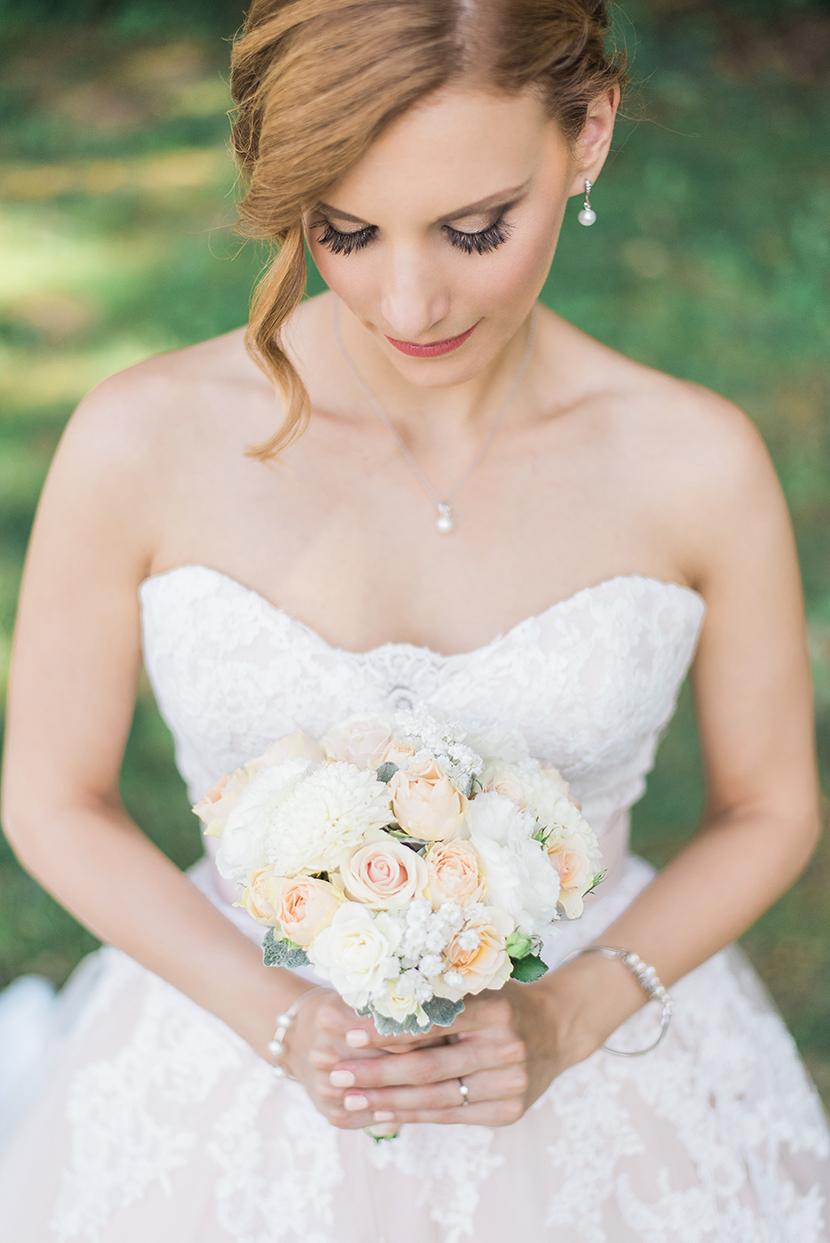 bridal wedding portrait, menyasszonyi portré, gyönyörű menyasszony, menyasszonyi ruha, fehér menyasszonyi csokor, esküvői fotózás Betekints Hotel