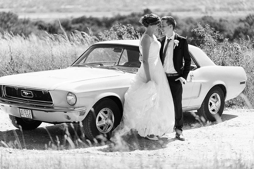 kreatív esküvőfotós, Ford Mustang, old timer esküvői fotó, esküvői fotózás autóval, creative wedding image with an old timer Ford Mustang GT