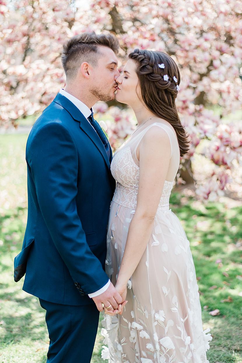 csók menyasszony vőlegény, kreatív esküvői fotózás